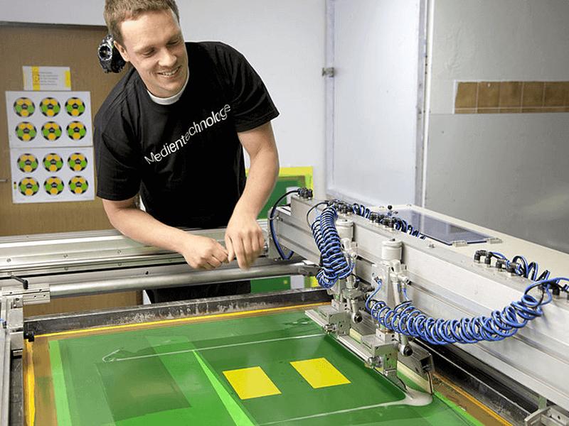 Produktion Aufkleber im Siebdruck